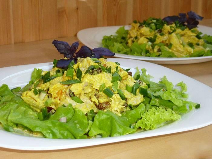 Листья салата выкладываем на красивую тарелку. Поливаем их нашей заправкой. После чего выкладываем курочку с сухофруктами. Посыпаем грецкими орехами. Сверху можно украсить свежим зеленым лучком. Приятного аппетита!