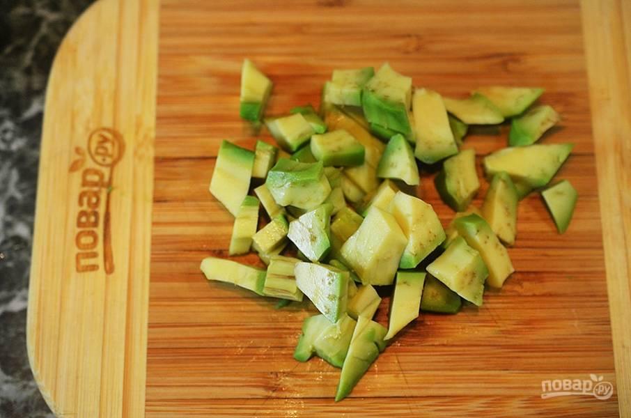 2. Авокадо почистите и нарежьте кубиком