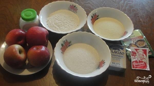 1. Вот такой весьма бюджетный набор ингредиентов потребуется, чтобы повторить этот простой рецепт яблочного пирога с манкой дома.