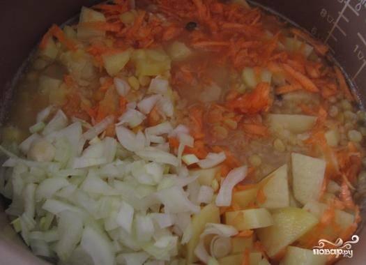 """Все овощи отправляем в чашу мультиварки, ставим режим """"Тушение"""" или """"Суп"""" на 40-50 минут. Где-то за 5-10 минут до сигнала мультиварки в суп добавим соль, перец и лавровый лист (потом лист нyжно будет достать)."""