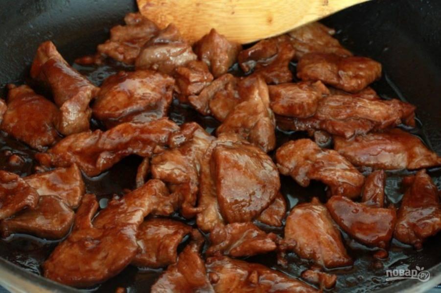 Маринованную свинину отправьте жариться на разогретую с маслом сковородку. Но весь маринад не выливайте, он нам еще понадобится.