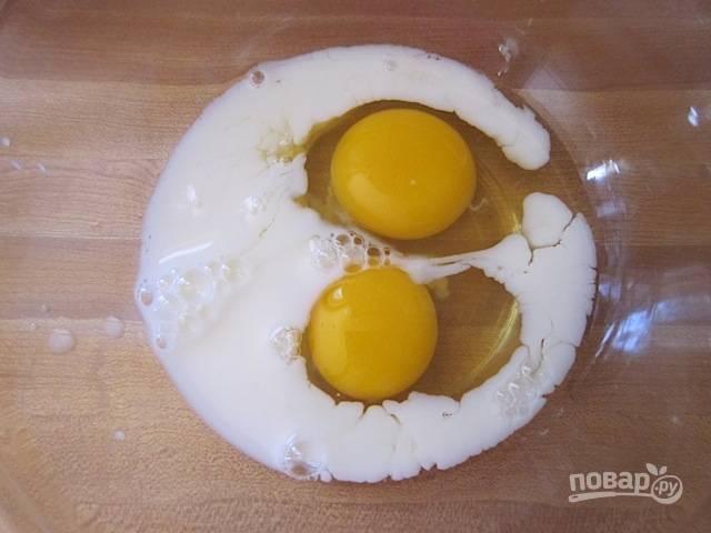 2.В другой миске соедините молоко и куриные яйца.