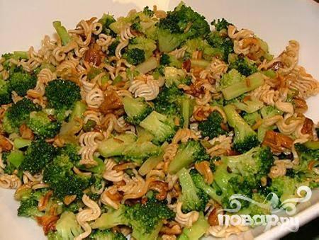 5.В миску с брокколи выложите оставшиеся ингредиенты и заправьте салат. Перемешайте и подавайте к столу.