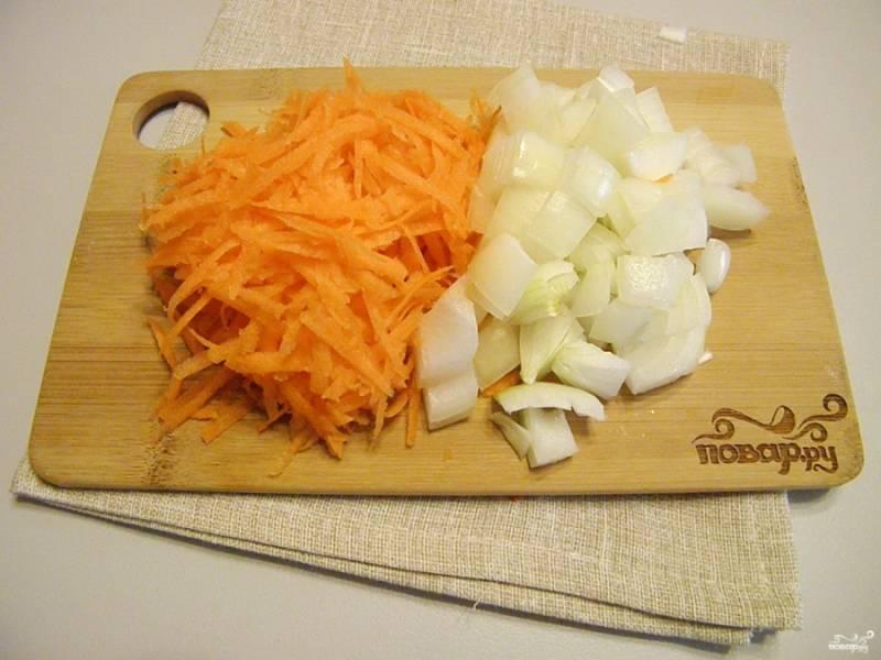 Морковь натрите на терке, лук порежьте как удобно.