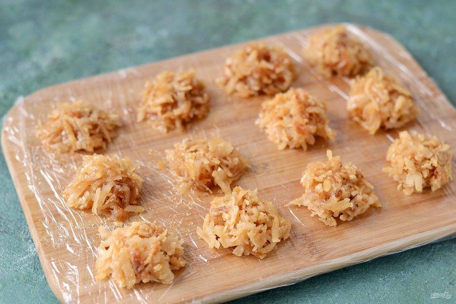 Сформируйте с помощью ложек конфеты. Выложите на пищевую пленку или лист для выпечки. Оставьте на полчаса, чтобы конфеты остыли.