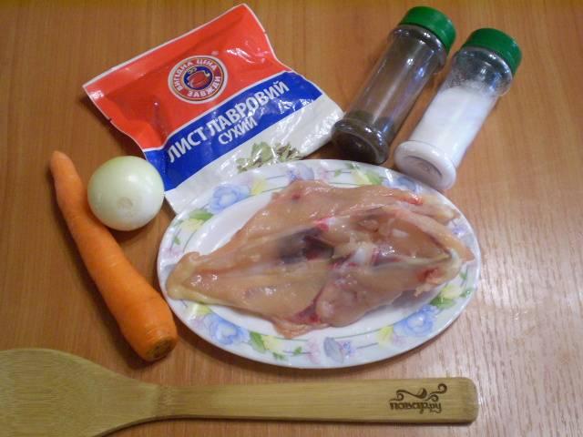 Подготовим продукты для бульона. Овощи нужно очистить и вымыть.