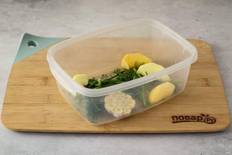 Переложите укроп, яблоко и чеснок в емкость для соления. Я использую обычный пищевой контейнер, можно взять стеклянную банку.