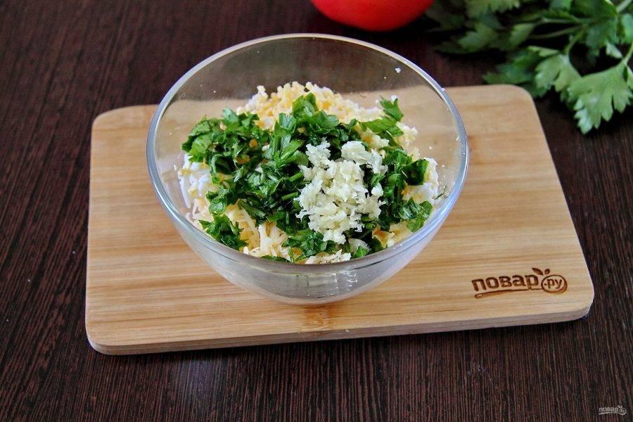 Для начинки соедините тертые на мелкой терке яйца и сыр. Добавьте пропущенный через пресс чеснок и измельченную зелень.