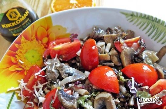 Щедро полейте приготовленным соусом салат. Посолите и поперчите, если требуется. Переложите в блюдо, в котором будете подавать салат.