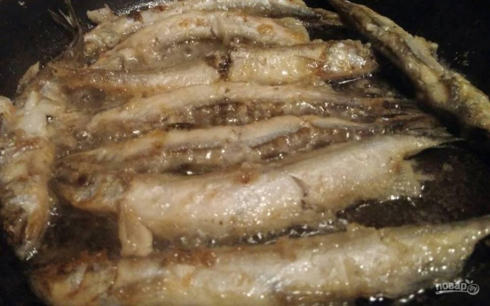 4. Жарить рыбу нужно обязательно на раскаленном растительном масле, иначе она развалится. Еще один важный момент: солите ее тогда, когда перевернете на обратную сторону.