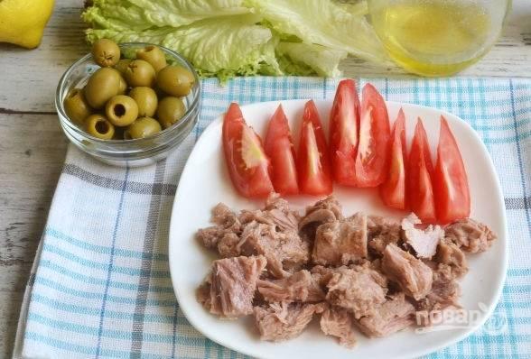 7. Нарежьте помидоры дольками, подготовьте печень трески и оливки (маслины).