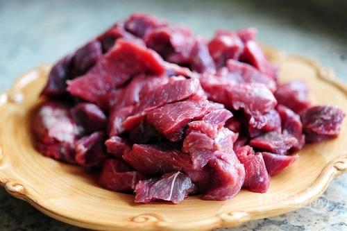 1. Мясо вымойте, обсушите и нарежьте небольшими кубиками.