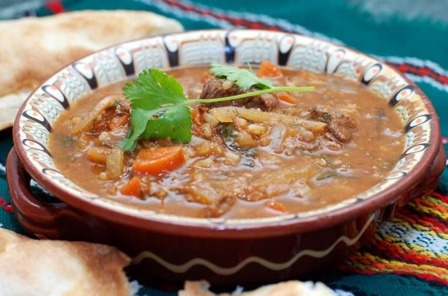 Пусть суп постоит пару минут под крышкой, а затем его можно разливать по тарелкам и подавать к столу. Приятного аппетита!