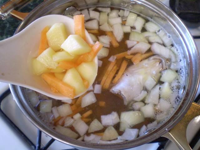 4. В рыбный бульон кладем овощи. Варим еще 15-20 минут.