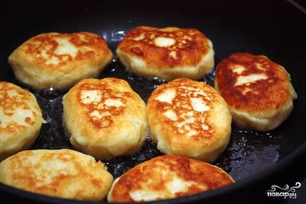 В сковороде разогрейте растительное масло. Выложите на сковороду первую порцию котлеток и обжарьте их до золотистой корочки с каждой стороны. Затем котлеты выложите на бумажное полотенце, чтобы с них стёк лишний жир.