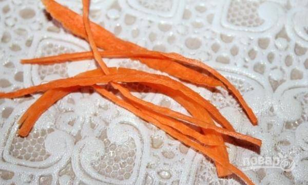 Морковь промойте, почистите и натрите её на овощерезке или тёрке для корейской морковки.