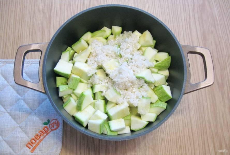 Рис хорошо промойте в холодной воде и добавьте к овощам.