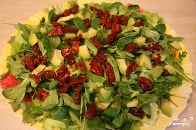 Вяленые помидоры некрупно нарезаем и выкладываем на блюдо.