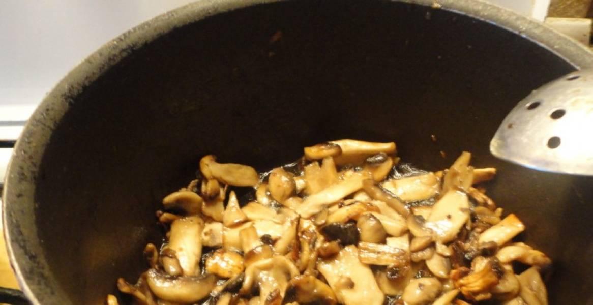 Отдельно жарим грибы свежие.