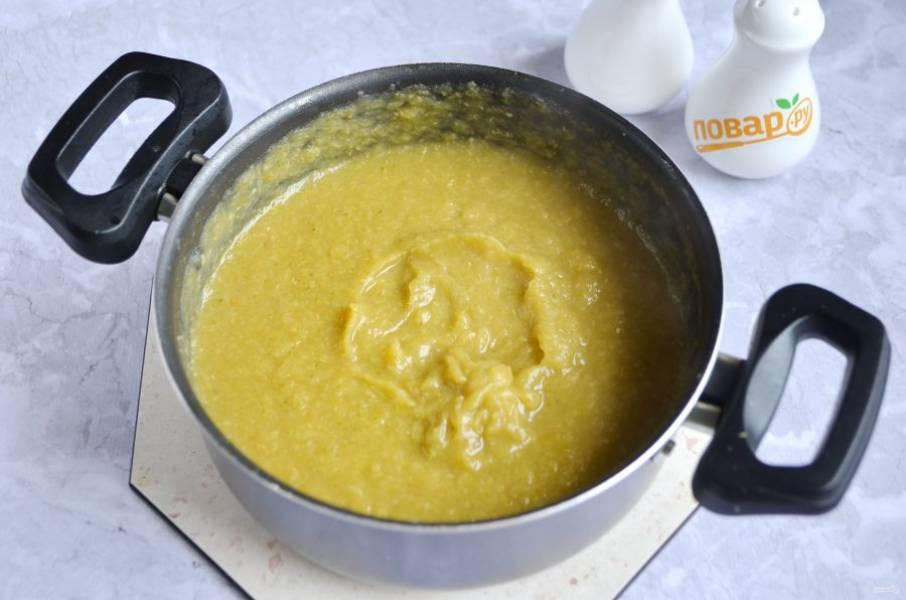 3. Погружным блендером пюрируйте суп до однородного состояния.