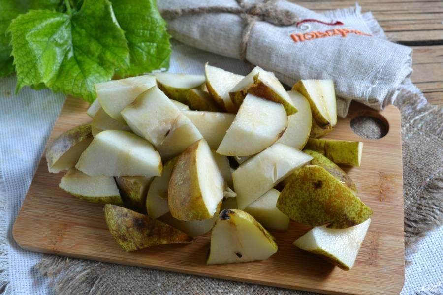 Груши промойте, удалите плодоножки. Порежьте фрукты на среднего размера куски.