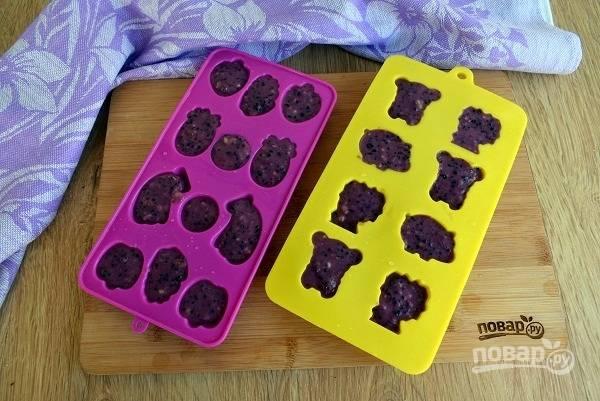 Разлейте по формочкам для льда, прикройте пищевой пленкой и поставьте в морозильник минимум на 4 часа, лучше — на ночь.