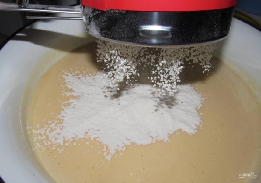 5.Муку (350 грамм) заранее просеиваю и порционно всыпаю к жидким составляющим.