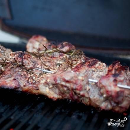 5. По истечению указанного в 4-ом шаге времени обжарьте баранью ногу на гриле. Не забудьте, что кусок мяса - достаточно тонкий, поэтому обжаривайте его совсем недолго.