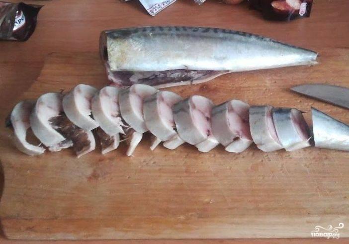 2. Чистим свежую скумбрию, нарезаем ее на части. Толщину кусочков выбирайте сами: кто-то любит тоньше, а кто-то наоборот толще. Данный рецепт рассчитан на 1 рыбу, поэтому при увеличении количества тушек скумбрии, умножайте и количество ингредиентов для рассола.