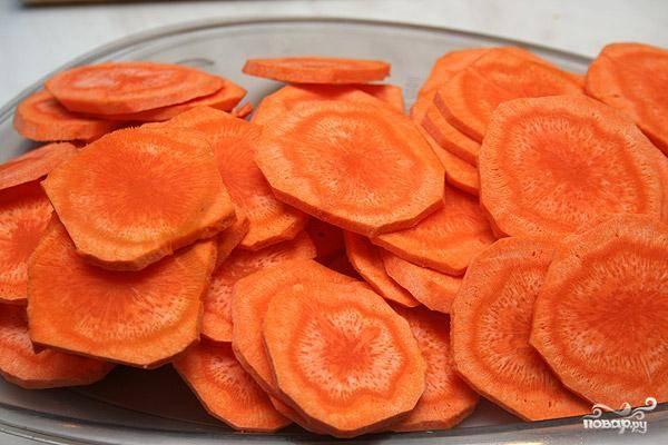 Морковь нарезаем тонкими колечками.