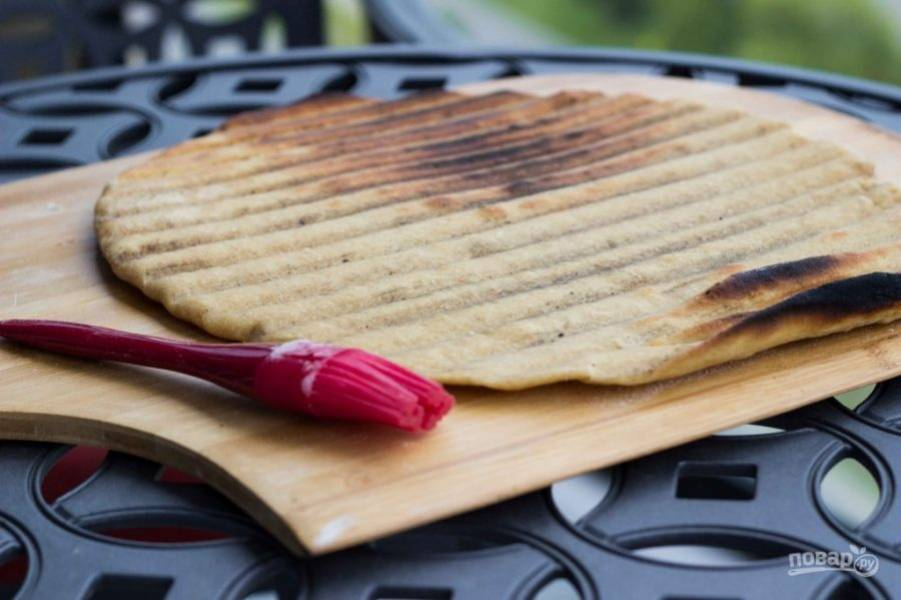 5.Снимите тесто с решетки, переложите на разделочную доску и оставьте на пару минут.