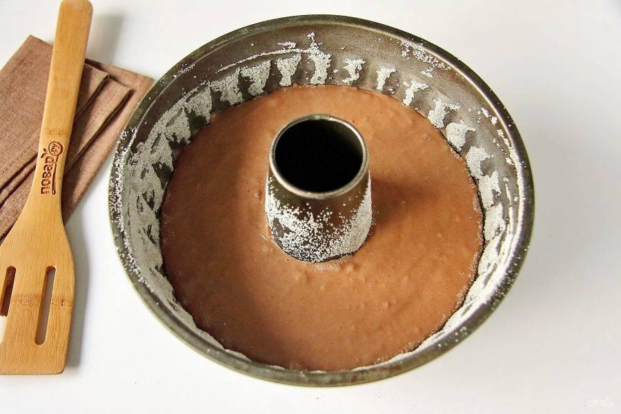 Перемешайте все до однородного состояния и вылейте тесто в смазанную маслом форму для выпечки. Дно и бока формы предварительно смажьте маслом и обсыпьте мукой или манкой.