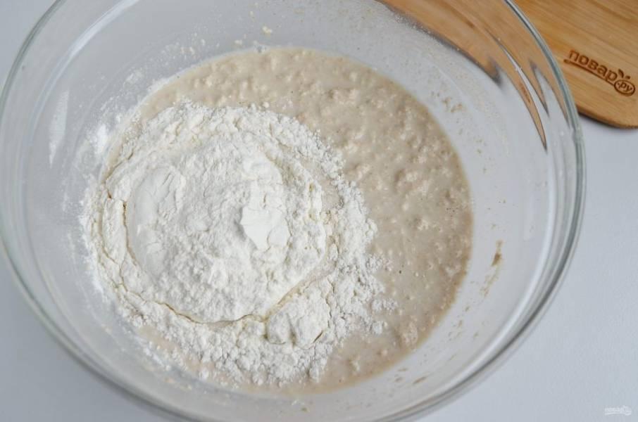 В закваску влейте теплую воду, перемешайте хорошо. Добавьте сахар, соль, муку пшеничную частями.