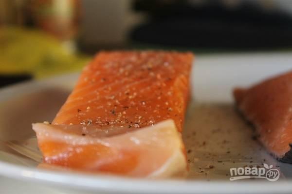 3. Филе вымойте, обсушите. Подсолите и поперчите по вкусу. Добавлять специи для рыбы я не рекомендую, чтобы не перебивать вкус лосося.