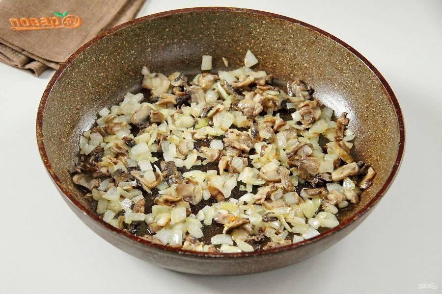 Добавьте грибы и готовьте все вместе до испарения жидкости.