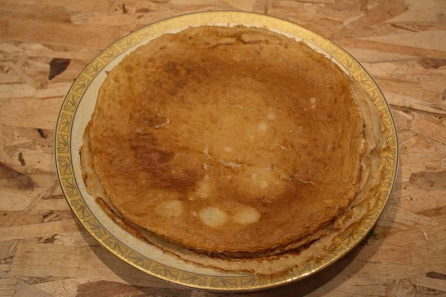 В тесто влейте 2 ст. ложки растительного масла. Взбейте. Обжарьте блины привычным способом на сковороде.