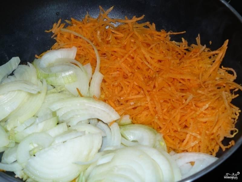 Лук порежьте полукольцами, а морковку лучше натереть на терке. Обжарьте овощи до золотистого цвета в небольшом количестве масла на разогретой сковороде.