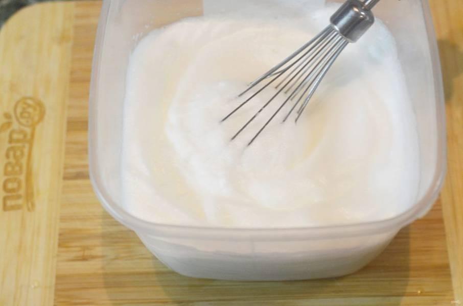 2. Белки взбейте до жестких пиков с щепоткой соли, сахаром и ванильным сахаром.