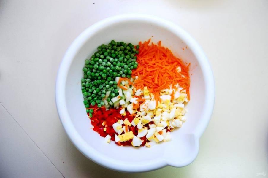 4. Нарубите кубиками перец.