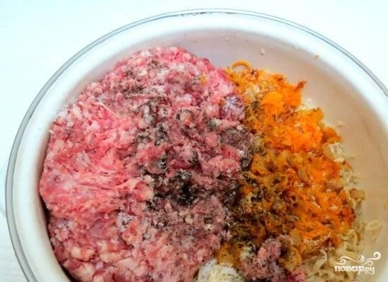 Добавляем к подготовленной вермишели фарш, обжаренные лук и морковь, специи. Все тщательно перемешиваем.