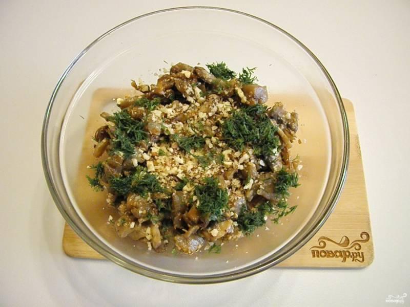 Переложите салат в глубокую посудину, добавьте орехи, укроп. Перемешайте и заправьте салат сметаной. Можно сначала разложить порционно салат и сверху полить щедро сметаной, как нравится.