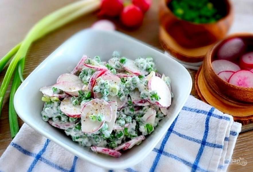 4.Если планируете подавать салат сразу, заправьте его солью и перцем. Если же хотите оставить его на потом, то посолите и поперчите только перед подачей, иначе салат станет водянистым.