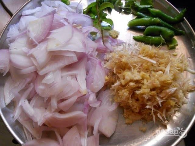 1. Первым делом очистите и измельчите имбирь, лук, чеснок, чили. Вымойте и нарежьте средними кусочками мясо.
