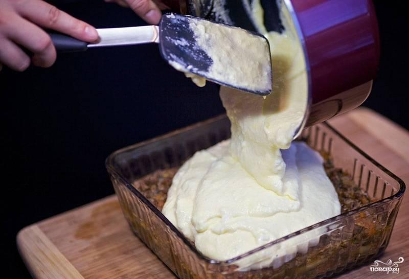 18. Достаньте форму из духовки, выложите сверху соус. Разровняйте.