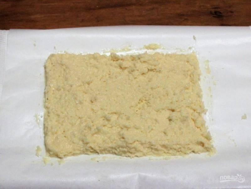 3. Масса должна получиться вязкой и густой. Оставьте на 20 минут, чтобы начинка хорошо пропиталась. Теперь нужно выложить нашу массу на пергамент. Толщина начинки не должна быть больше сантиметра.