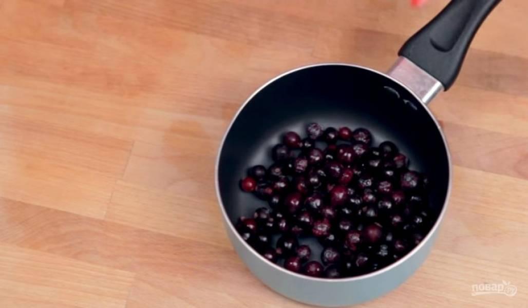 4. Далее приготовьте ягодный сироп. Для этого ягоды смешайте с сахарной пудрой и нагрейте, чтобы они пустили сок. Охладите сироп и добавьте к готовой панна котте вместе с ягодами.