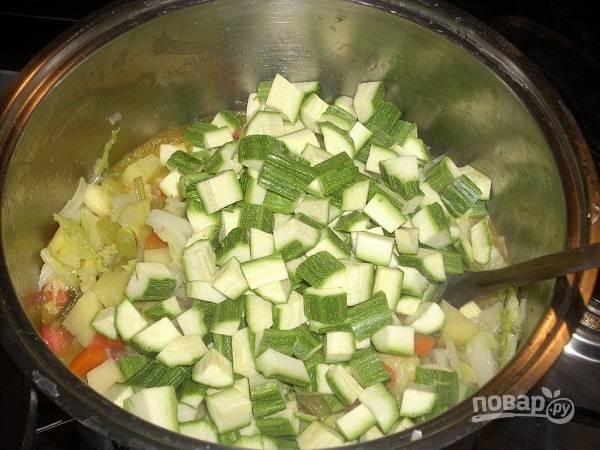 Добавляем кабачки и соль. Уменьшаем огонь и варим минут 7. При необходимости добавим еще немного воды. Но помните, что суп должен быть густым.