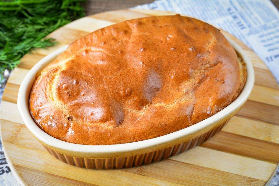 Через 35 минут пирог станет пышным, румяным, полностью пропечется. Достаньте из духовки, немного остудите.