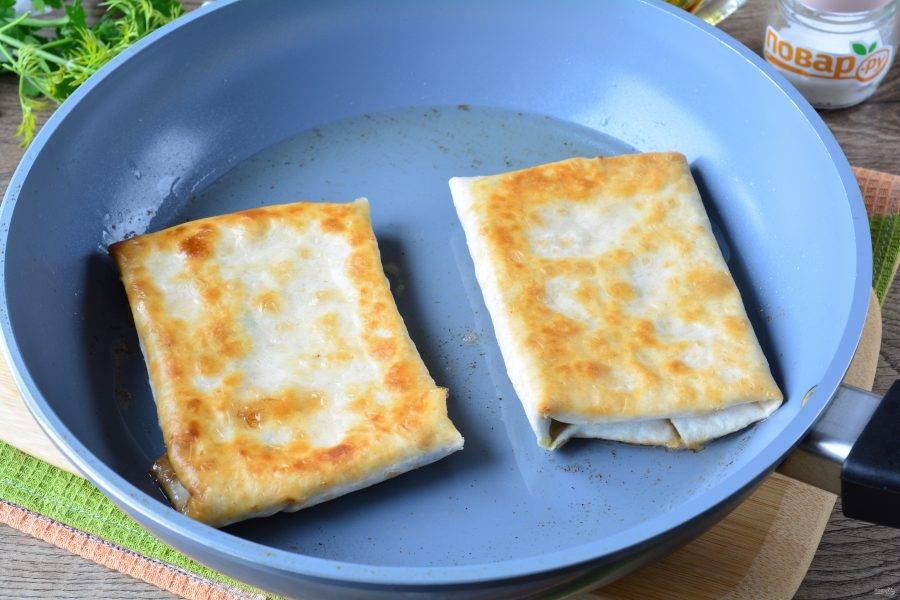 Разогрейте масло в сковороде, сделайте средний огонь, выложите плацинды и обжаривайте с двух сторон 4-5 минут.