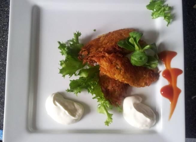 Готовые драники выкладываем на салфетку, чтобы избавиться от лишнего масла, а затем подаем к столу со сметаной или свежими овощами. Приятного всем аппетита!